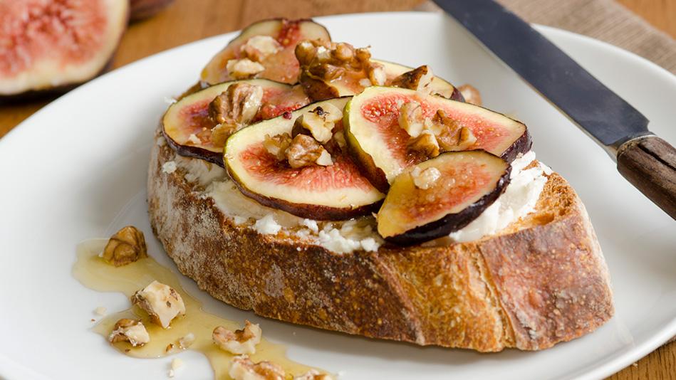 201408-crostini-cheese-figs-949x534